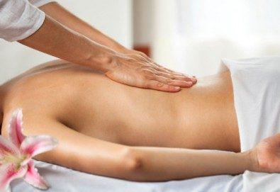 Релаксиращ масаж на гръб, ръце и длани с подбрани етерични масла от жасмин, евкалипт и алое в Студио МАНИЯ