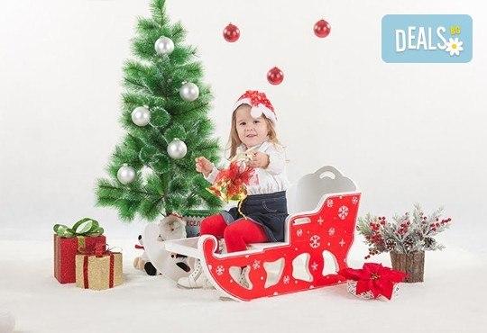Направете незабравим подарък на себе си или любим човек! Професионална Коледна фотосесия в студио и обработка на всички заснети кадри от Chapkanov photography! - Снимка 1