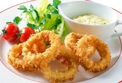 Панирани пресни калмари със сос айоли и домашни пържени картофи с розмарин от Club Gramophone - Sushi Zone! - Снимка