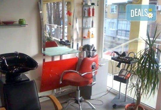 За красива коса! Подстригване, терапия по избор, оформяне на прическа със сешоар в салон за красота Sassy! - Снимка 4