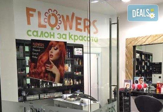 Едноцветни или двуцветни кичури, масажно измиване и нанасяне на маска, оформяне на прическа със сешоар в салон Flowers 2 - Снимка 3