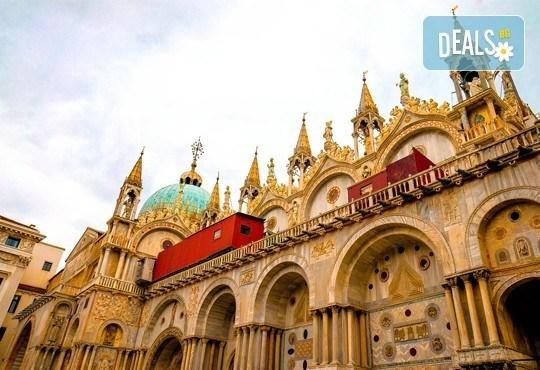 Във Венеция по време на карнавала! Самолетна екскурзия с 4 нощувки със закуски в хотел 2*, билет, летищни такси и трансфер! - Снимка 3