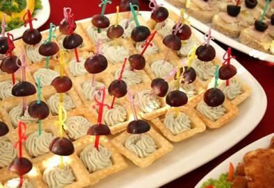 За Вашето събитие! Микс от 112 броя разнообразни сладки и солени хапки, тарталети, фунийки и мини еклери с ванилов пълнеж от Топ Кет Кетъринг! - Снимка