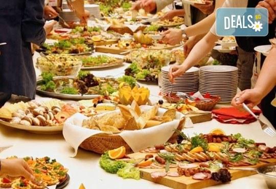 За Вашето незабравимо събитие! Микс от 120 апетитни хапки с пушени филета, крема сирена и мини еклери с авокадо и сьомга от Кетъринг София! - Снимка 3