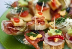 За Вашето незабравимо събитие! Микс от 120 апетитни хапки с пушени филета, крема сирена и мини еклери с авокадо и сьомга от Кетъринг София! - Снимка