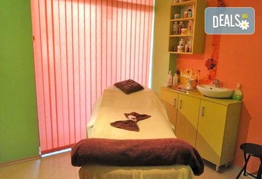 60-минутен релаксиращ масаж на цяло тяло с вулканични камъни и подарък - рефлексотерапия на длани, скалп и стъпала в Luxury Wellness&Spа - Снимка 5