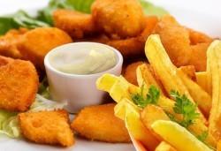 Апетитно! Хрупкави пилешки филенца със сусам и млечно-чеснов сос и гарнитура пържени картофки в Бистро Папи! - Снимка