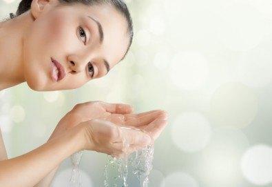 Мануално почистване на лице с лечебен масаж или хидратираща терапия и оформяне на вежди от салон Flowers 2 в Хаджи Димитър - Снимка