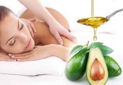 Релаксиращ масаж на цяло тяло със 100% натурално масло по избор - кокос или авокадо в салон за красота Мария Магдалена - Снимка