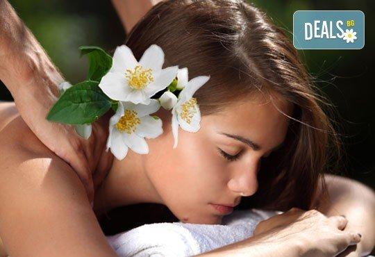 Релаксиращ, арома или класически масаж на гръб с етерични масла жасмин, макадамия или алое в Студио за красота SUNCHITA! - Снимка 2