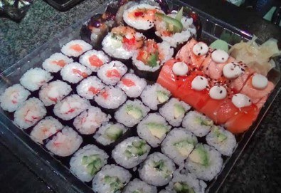Хосомаки сет – сьомга, 56 хапки със сьомга, авокадо, краставици, ролца от раци от The Sushi - Снимка
