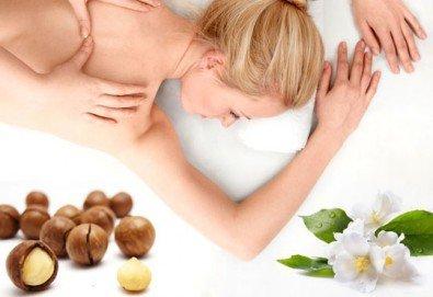 Арома масаж на гръб с етерични масла от жасмин, жен шен и макадамия в Chocolate Studio