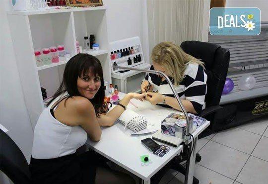 Нанасяне на гел върху естествен нокът, подхранващ лосион и 2 декорации в салон Визия и стил, Пловдив! - Снимка 5
