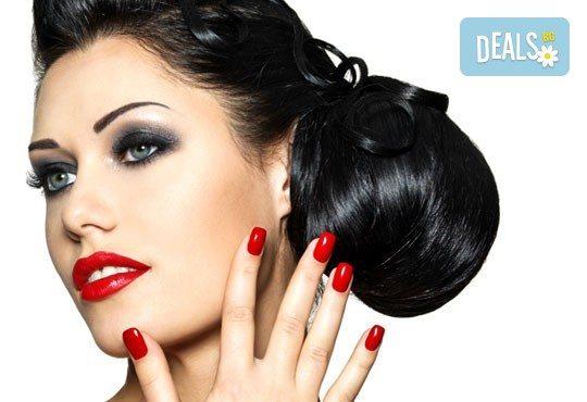 Празнична визия! Класически или френски маникюр, 2 декорации, измиване на косата и оформяне на празнична прическа по избор, салон Визия и стил! - Снимка 1