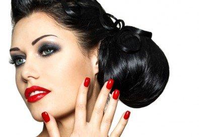Празнична визия! Класически или френски маникюр, 2 декорации, измиване на косата и оформяне на празнична прическа по избор, салон Визия и стил! - Снимка