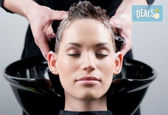 Празнична визия! Класически или френски маникюр, 2 декорации, измиване на косата и оформяне на празнична прическа по избор, салон Визия и стил! - Снимка 3