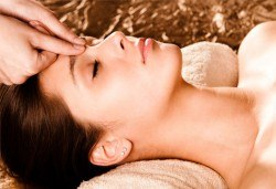 Масаж на лице, шия и деколте, точков масаж и маска, студио за красота Giro - Снимка