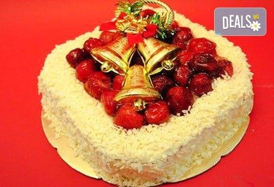 Зарадвайте семейството си с вкусна коледна торта с красива коледна играчка и с безплатни свещички, надпис и кутия от Виенски салон Лагуна! - Снимка 2