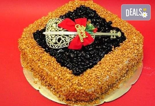 Зарадвайте семейството си с вкусна коледна торта с красива коледна играчка и с безплатни свещички, надпис и кутия от Виенски салон Лагуна! - Снимка 1