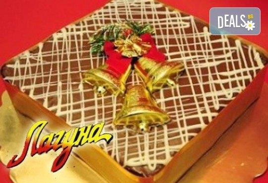 С вкус на Коледа - шоколадова торта Нутела с вкусен шоколад, бисквити и маскарпоне, красива коледна играчка, свещички, надпис и кутия от Лагуна - Снимка 1