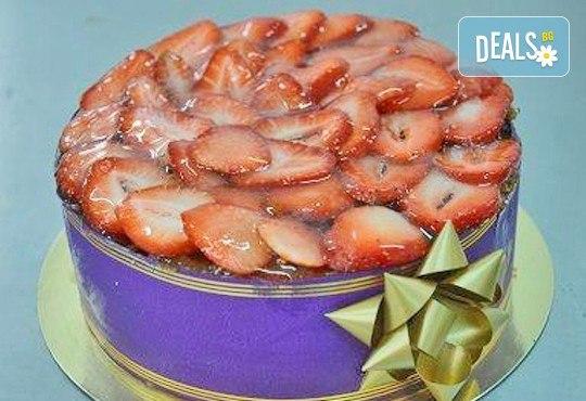 Вземете вкусна коледна торта за пораснали деца по Ваш избор от предложените - с безплатна кутия и коледна играчка от Виенски салон Лагуна! - Снимка 4