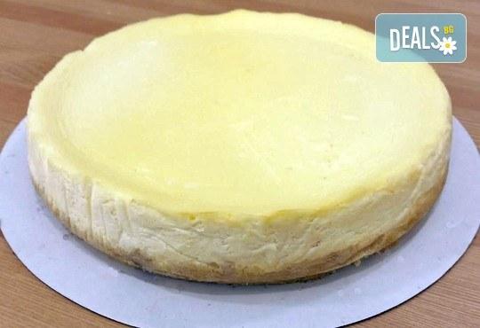 Вземете разтапящ сетивата класически чийзкейк и направете от него уникален шедьовър по Ваш вкус от сладкарница Cheesecakers! - Снимка 3