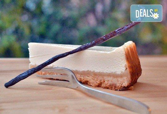 Вземете разтапящ сетивата класически чийзкейк и направете от него уникален шедьовър по Ваш вкус от сладкарница Cheesecakers! - Снимка 2