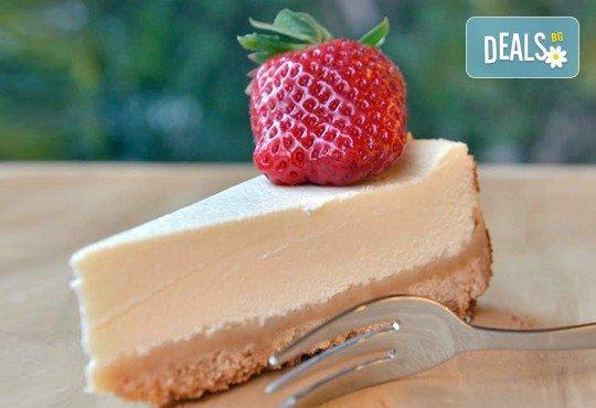 Вземете разтапящ сетивата класически чийзкейк и направете от него уникален шедьовър по Ваш вкус от сладкарница Cheesecakers! - Снимка 1