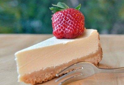 Вземете 2 килограма класически чийзкейк и направете от него уникален шедьовър по Ваш вкус от сладкарница Cheesecakers! - Снимка