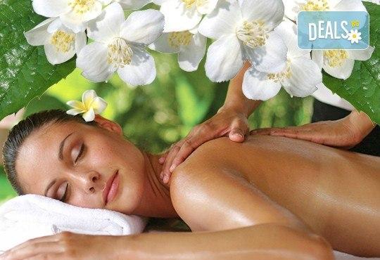 Релаксиращ лечебен масаж на гръб с етерични масла от жасмин, евкалипт и алое в Студио МАНИЯ - Снимка 1