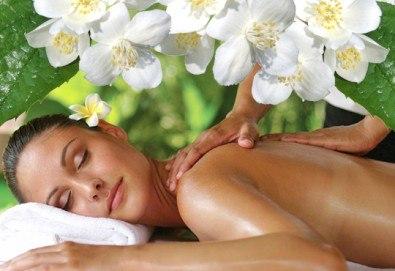 Релаксиращ лечебен масаж на гръб с етерични масла от жасмин, евкалипт и алое в Студио МАНИЯ - Снимка