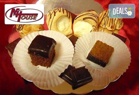 Сбъднати фантазии! 50 или 100 броя сладки петифури микс в ШЕСТ различни вкусови стила от Muffin House - Снимка 12