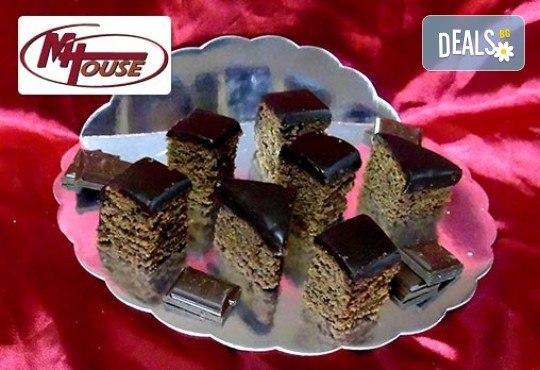 Сбъднати фантазии! 50 или 100 броя сладки петифури микс в ШЕСТ различни вкусови стила от Muffin House - Снимка 3