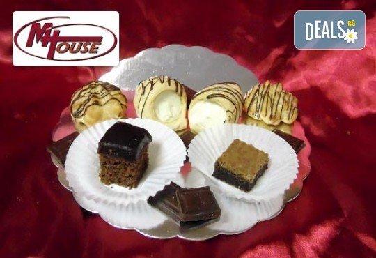 Сбъднати фантазии! 50 или 100 броя сладки петифури микс в ШЕСТ различни вкусови стила от Muffin House - Снимка 7