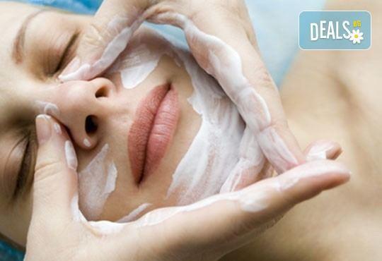За суха и дехидратирана кожа! Масаж на лице, деколте и шия и бонус в студио за красота Д&В, Студентски град! - Снимка 2