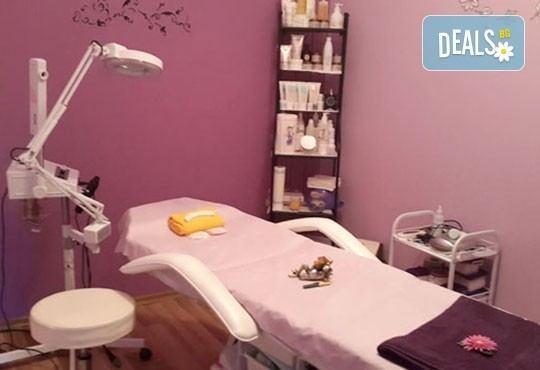 Регенерираща терапия по избор с шоколад или кисело мляко, масаж на лицето и подарък почистване на вежди, Д&В, Студентски град - Снимка 4
