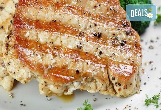 Неустоимо вкусно предложение! Вземете основно ястие и салата по избор в ресторант MFusion, Варна! - Снимка 5