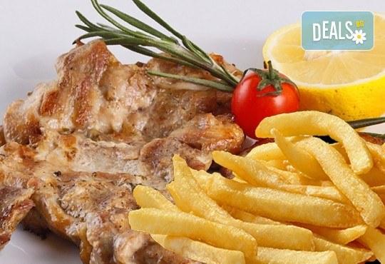 Вкусно предложение за свинско джоланче, пилешка пържола от бут или чили кон карне и салата по избор в ресторант MFusion, Варна! - Снимка 1