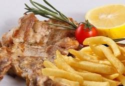 Вкусно предложение за свинско джоланче, пилешка пържола от бут или чили кон карне и салата по избор в ресторант MFusion, Варна! - Снимка