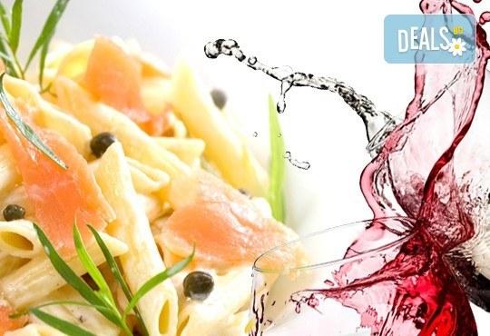 Вкусно предложение за паста с пушена сьомга, каперси и пармезан и чаша бяло или червено вино по избор в ресторант Клуб на актьора! - Снимка 1