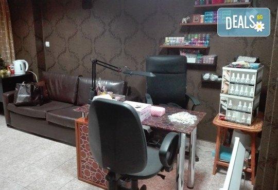 СПА педикюр и релаксираща масажна терапия на ходилата, хидратация с крем, гел лак и 2 декорации в Iguana Beauty Studio - Снимка 6
