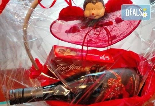 Подарете от сърце кошница с бутилка бутиково вино и бонбони For you с включена доставка от Винарната! - Снимка 3