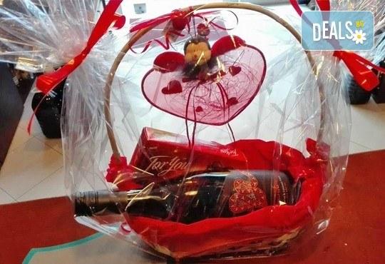 Подарете от сърце кошница с бутилка бутиково вино и бонбони For you с включена доставка от Винарната! - Снимка 1