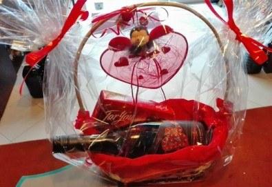 За Свети Валентин! Подарете от сърце романтична кошница с бутилка бутиково вино и бонбони For you с включена доставка от Винарната! - Снимка