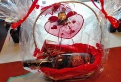 За Св. Валентин! Кошница с бутилка вино и бонбони