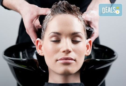 Красива всеки ден!Подстригване, масажно измиване, маска с италиански продукти Nashi и оформяне с прав сешоар от Royal Beauty Center - Снимка 2