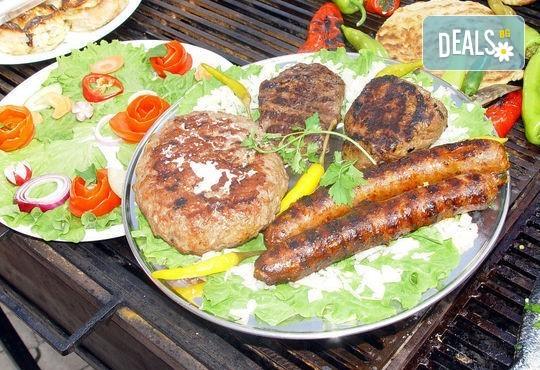 Комбинирано плато за компания свинска вешалица, сръбска наденица, ущипци от кайма, кебапчета и салати от ресторант При Миро - Снимка 3