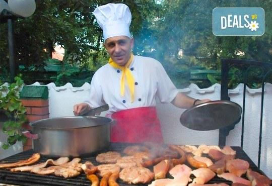 Комбинирано плато за компания свинска вешалица, сръбска наденица, ущипци от кайма, кебапчета и салати от ресторант При Миро - Снимка 6