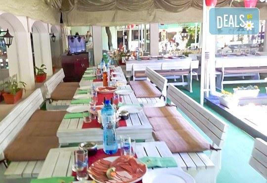 Комбинирано плато за компания свинска вешалица, сръбска наденица, ущипци от кайма, кебапчета и салати от ресторант При Миро - Снимка 7