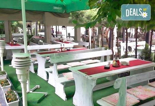 Комбинирано плато за компания свинска вешалица, сръбска наденица, ущипци от кайма, кебапчета и салати от ресторант При Миро - Снимка 8